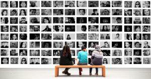 Projekt:  True Stories – Let´s talk about it @ Die bunten Boxen stehen an unterschiedlichen Orten in Wiesbaden